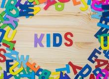 Clasifique las letras coloridas en palabras, aprenda y juegue fotos de archivo libres de regalías