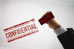 Clasifique un fichero confidencial con un sello rojo Imágenes de archivo libres de regalías