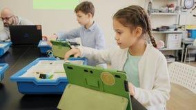 Classe éducative d'apprentissage en ligne pour des enfants avec le mouvement lent futé de vue de face de garçons et de filles clips vidéos