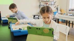 Classe éducative d'apprentissage en ligne pour des enfants avec le mouvement lent futé de vue de face de garçons et de filles banque de vidéos