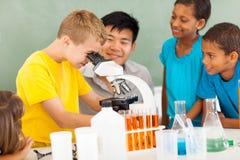 Classe élémentaire de la science photos stock