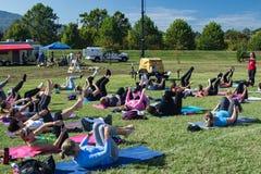 Classe all'aperto di yoga Fotografia Stock