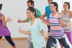 Classe allegra ed istruttore di forma fisica che fanno i pilates Immagini Stock Libere da Diritti