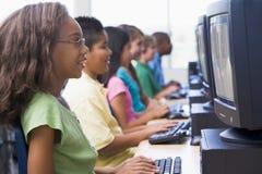 Classe d'ordinateur d'école primaire Images stock