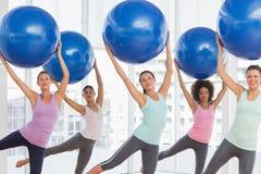 A classe da aptidão que faz pilates exercita com bolas da aptidão Imagens de Stock Royalty Free