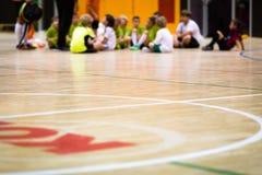 Classe da educação física Treinamento do futebol interno Ensino de Futsal das crianças fotos de stock