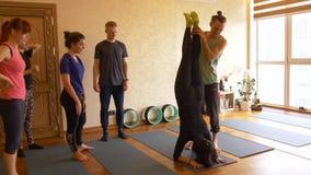 Classe da ioga de povos que exercitam o estilo de vida saudável na ioga do estúdio da aptidão filme
