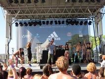 A classe da ioga do desejo por viajar dança à música do iogue de MC Fotos de Stock Royalty Free