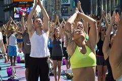 Classe da ioga do Times Square Imagem de Stock Royalty Free