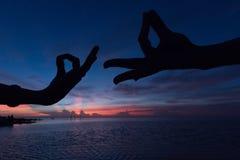 Classe da ioga pela praia Fotografia de Stock Royalty Free
