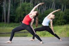 Classe da ioga: Pose reversa do guerreiro fotografia de stock