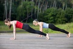 Classe da ioga: Postura da prancha foto de stock