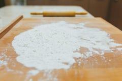 Classe de cuisson ou concept de recette sur le fond foncé Préparation de cuisson, vue supérieure sur le conseil en bois ou table  Photographie stock libre de droits