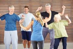 Classe de dança com os povos superiores felizes Foto de Stock Royalty Free