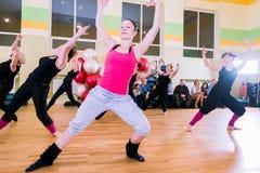 Classe de dança para o fundo do borrão das mulheres imagem de stock