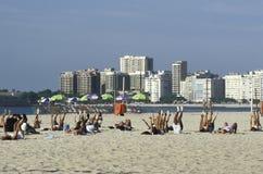 Classe de forme physique en plage de Copacabana, Rio de Janeiro, Brésil Images libres de droits