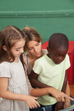 Classe de jardin d'enfants lisant un livre Photo stock