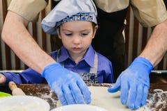 Classe de maître du ` s d'enfants en faisant cuire la pizza images stock