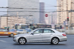 Classe de Mercedes-Benz E no centro da cidade, Pequim, China Fotos de Stock Royalty Free