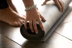 Classe de pilates de yoga de début de femme au gymnase Fin vers le haut photographie stock