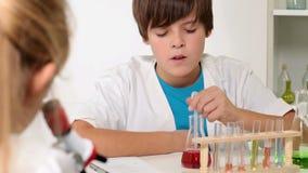 Classe de química da escola primária - corrediça lenta da câmera video estoque