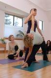 Classe de yoga photographie stock libre de droits