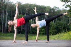 Classe de yoga : Ardha Chandrasana Photographie stock