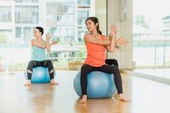 Classe de yoga dans la chambre de studio, groupe de personnes faisant la pose de yoga avec t image stock