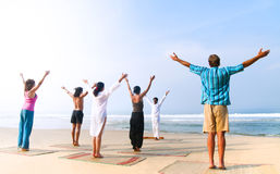 Classe de yoga par la plage photographie stock