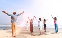 Classe de yoga par le concept sain de paix de relaxation de plage photo stock