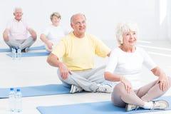 Classe de yoga pour des aînés images stock