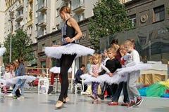 Classe del maestro di danza con i bambini sulla via di Tverskaya al giorno della città 870 anni a Mosca fotografia stock