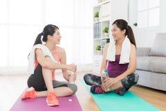 Classe di allenamento di forma fisica finita ragazze felici a casa Immagine Stock Libera da Diritti