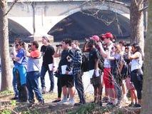 Classe di birdwatching all'aperto con il binocolo che esamina fauna selvatica, editoriale Fotografie Stock Libere da Diritti