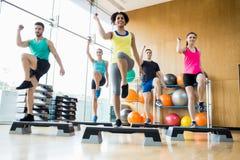 Classe di forma fisica che si esercita nello studio Immagini Stock