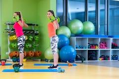 Classe di forma fisica con l'esercitazione della donna Allenamento delle femmine in palestra con il bilanciere Fotografie Stock Libere da Diritti