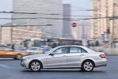 Classe di Mercedes-Benz E nel centro urbano, Pechino, Cina Fotografie Stock Libere da Diritti