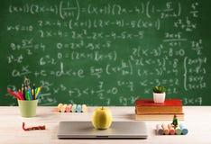 Classe di per la matematica dallo scrittorio della scuola dello studente Fotografia Stock Libera da Diritti