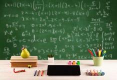 Classe di per la matematica dallo scrittorio della scuola dello studente Immagini Stock