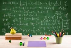 Classe di per la matematica dallo scrittorio della scuola dello studente Immagine Stock Libera da Diritti
