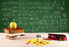 Classe di per la matematica dallo scrittorio della scuola dello studente Immagine Stock