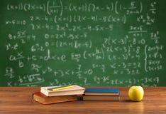 Classe di per la matematica dallo scrittorio della scuola dello studente Fotografia Stock