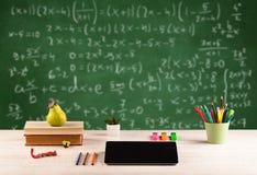 Classe di per la matematica dallo scrittorio della scuola dello studente Immagini Stock Libere da Diritti