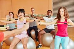 Classe di Pilates durante l'allungamento degli esercizi con le bande Immagini Stock