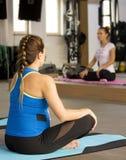 Classe di rilassamento di yoga Immagini Stock Libere da Diritti