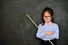 Classe di studio di insegnamento dell'educatore della ragazza molto rigorosa Immagini Stock