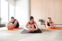 Classe di yoga Immagini Stock Libere da Diritti