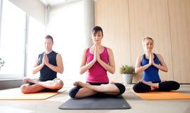 Classe di yoga Fotografie Stock Libere da Diritti