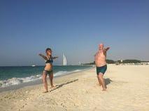 Classe di yoga sulla spiaggia Padre e figlia fotografia stock