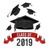 Classe do cartão 2019 da graduação Tampões das graduações jogados acima com fita vermelha Cartaz do vetor do graduado ilustração stock